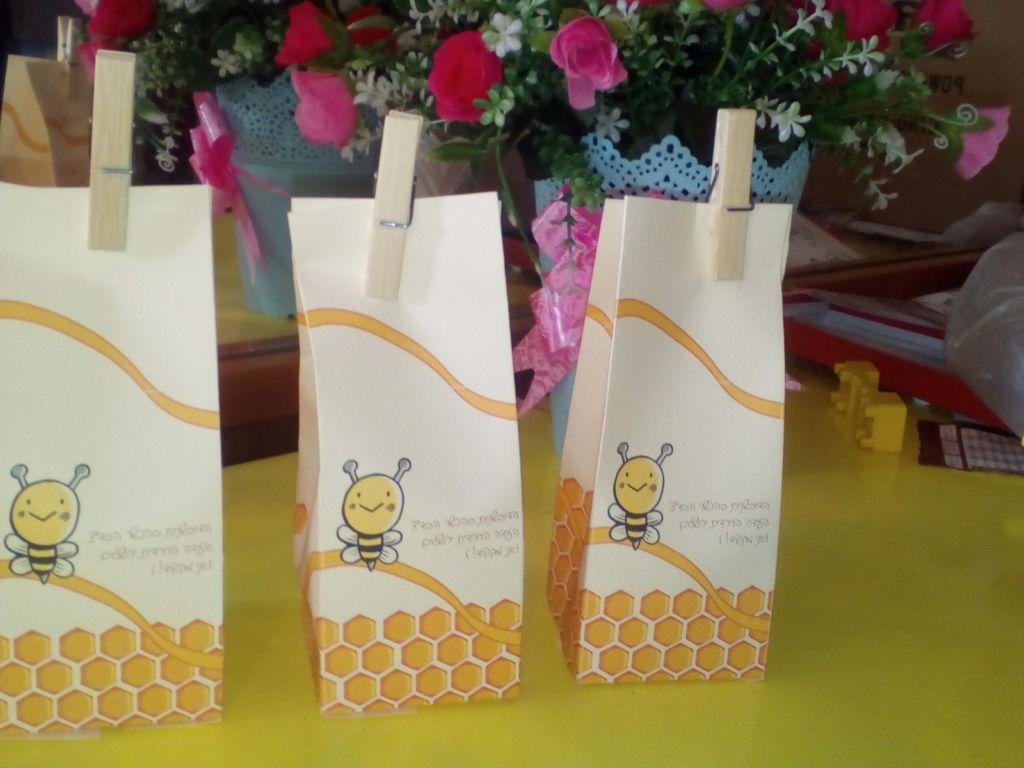 הכנת קופסת ״קרטון חלב״ עם דובשניות לראש השנה