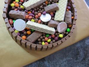 עוגת שוקולד עם הפתעות וממתקים וסוכריות למעלה