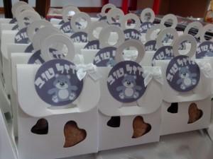 מזכרת לחלוקה בפסח תיק מנייר קטן ובפנים אגוזים שקדים ושוקולד שווצרי קטן