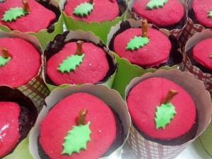 קאפקייקס תפוח, העוגה שוקולד מעל יש בצק סוכר אדום עם עלה ירוק וחצי מקל בייגלה באמצע, שנה טובה!!