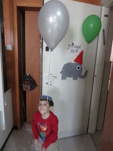 דלת הכניסה אביתר מחכה לחברים