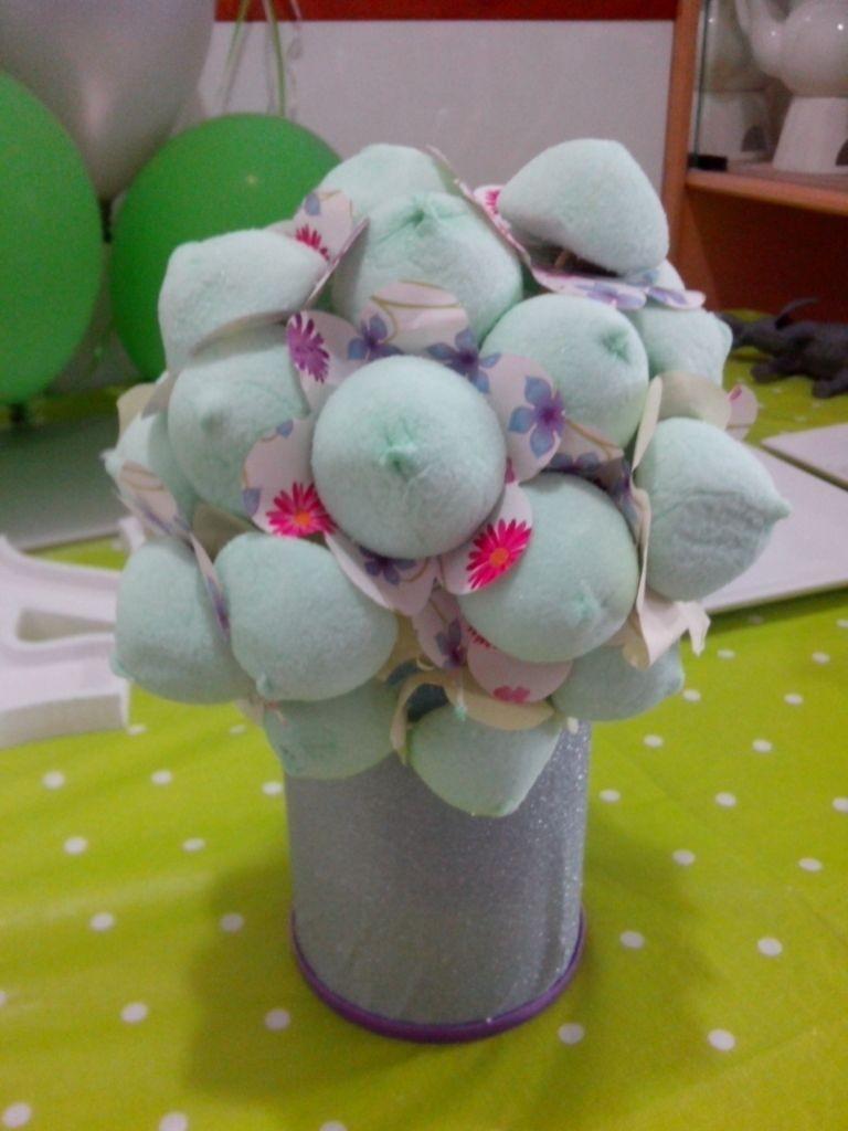 הוספת פרחים מנייר צבעוני מתחת למרשמלו