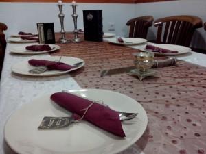 שולחן ערוך בצבע סגול
