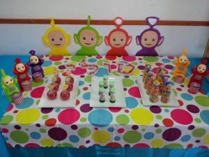 מסיבת טלטאביז עם שולחן מעוצב לגיל 2