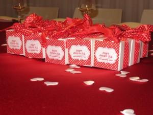 עיצוב מרכז השולחן -קונספט לב אדום לבן