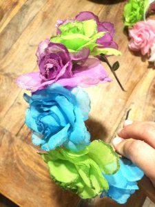 עיצוב קשתות מפרחים מלאכותיים במגוון צבעים