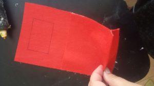 אז איך מכינים מתלה לטלפון ? בד לבד , דבק, וקישוטים יוצרים כיס עם מכסה אך מדבקים בצדדים , גוזרים צורת מלבן למעלה בשביל שהתקע של המטען יכנס, מקשטים עם סרטים או קישטי נייר