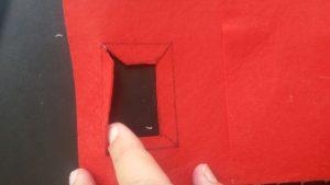 יוצרים כיס עם מכסה אך מדבקים בצדדים , גוזרים צורת מלבן למעלה בשביל שהתקע של המטען יכנס, מקשטים עם סרטים או קישטי נייר